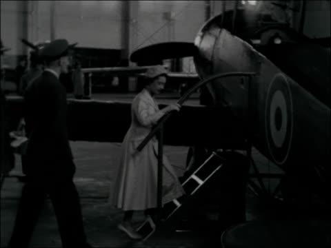 princess margaret visits raf little rissington england gloucestershire little rissington raf station princess margaret arrives off plane handshake /... - 1957 bildbanksvideor och videomaterial från bakom kulisserna