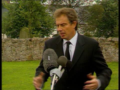 vidéos et rushes de princess of wales death; ltn scotland: balmoral: procession of royal cars en route to church sedgefield: cms pm tony blair speaking press - utterly... - mort concepts