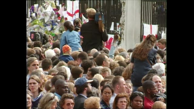 princess of wales death: queen and prince philip walkabout; england: london: buckingham palace: ext crowds outside buckingham palace; queen's royal... - flag stock videos & royalty-free footage