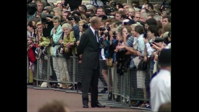 princess of wales death: queen and prince philip walkabout; england: london: buckingham palace: ext queen elizabeth ii and prince philip, duke of... - flower stock videos & royalty-free footage