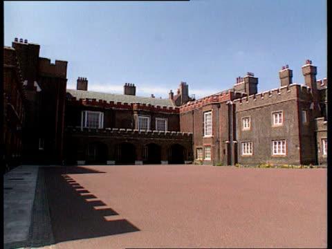 princess of wales death: royal family; lib st james palace: palace courtyard tx 4.9.97/ltn - gårdsplan bildbanksvideor och videomaterial från bakom kulisserna