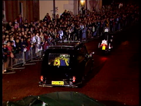 princess of wales death: the queen's tribute; a)nat: coffin & speech pool england: london: st james palace: night: black hearse carrying body of... - tribute event stock videos & royalty-free footage