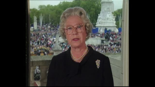 vídeos de stock e filmes b-roll de princess of wales death: the queen's tribute; england: london: buckingham palace: chinese dining room: int queen elizabeth ii statement sot - since... - morte
