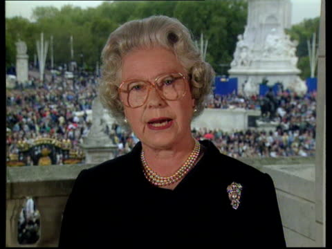 princess of wales death: the queen's tribute; pool buckingham palace: queen elizabeth ii speech - speak as your queen and as a grandmother - want to... - gedenkveranstaltung stock-videos und b-roll-filmmaterial