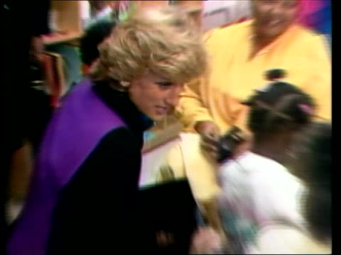 vidéos et rushes de princess of wales in new york new york lower east side childrens home tms diana princess of wales towards and pan lr as along diana shakes woman ms... - 1980 1989