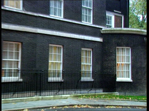 vídeos de stock e filmes b-roll de reactions ext downing st no 10 gv no 10 downing st gv ditto pull out ms peter brooke mp along into building pull westminster cms peter brooke mp... - peter snow