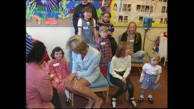 princess of wales visits brompton hospital; england: london: royal brompton hospital: int diana, princess of wales chatting with children as pose for... - プリンセス点の映像素材/bロール
