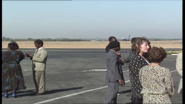 princess of wales zimbabwe tour: day one: arrival and robert mugabe meeting; zimbabwe: british airways 747 400 jet lands, plane taxis, people waiting... - thorax stock videos & royalty-free footage