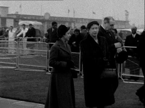 princess royal leaves for nigeria england london airport ext princess mary along with princess margaret to plane pan / bv princess mary and princess... - 1957 bildbanksvideor och videomaterial från bakom kulisserna