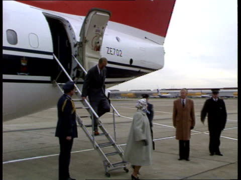 vídeos de stock, filmes e b-roll de princess royal wedding to be a small family affair england ms queen and prince philip off plane and into limo pan ms queen and philip away pan lr to... - 1992