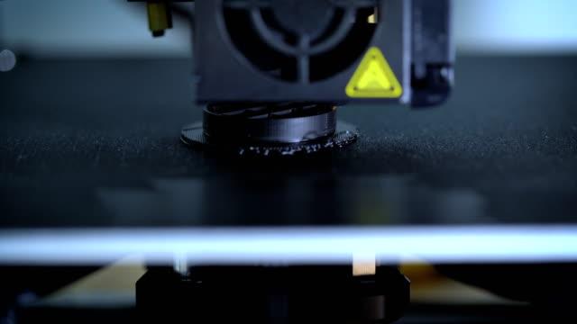 3dプリンターのプリントヘッド、機械印刷プラモデル - 絵画モデル点の映像素材/bロール