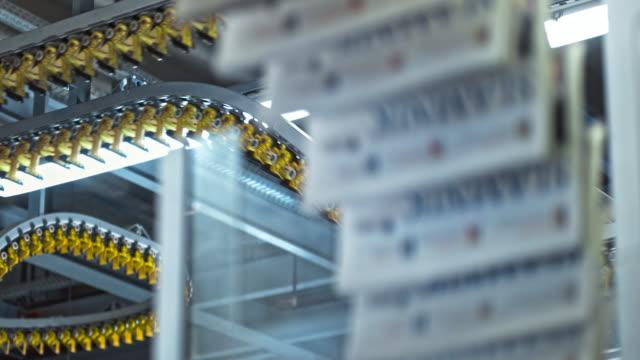 vídeos de stock e filmes b-roll de ld printed magazines travelling on the conveyor belt - revista publicação