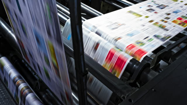 vídeos de stock e filmes b-roll de ld printed paper travelling across the rollers of the printing press - jornal
