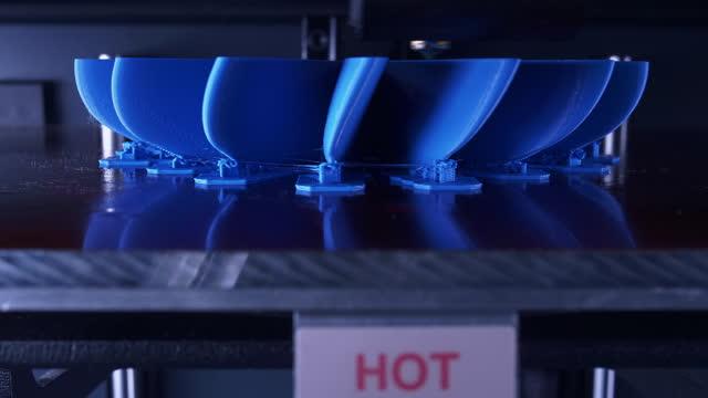 time-lapse 3d-skrivare som konstruerar en blå propellerfläkt - propeller bildbanksvideor och videomaterial från bakom kulisserna