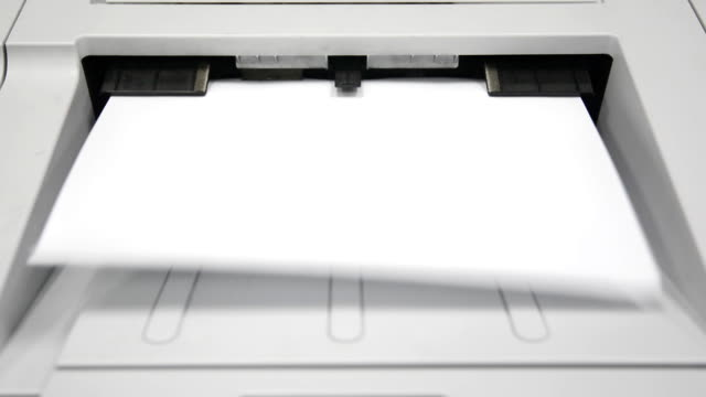 vídeos de stock e filmes b-roll de a impressora durante imprima - impressora