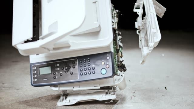 コンクリートの床の上に落下し、粉々 に破り slo mo ld プリンター - 印刷機点の映像素材/bロール