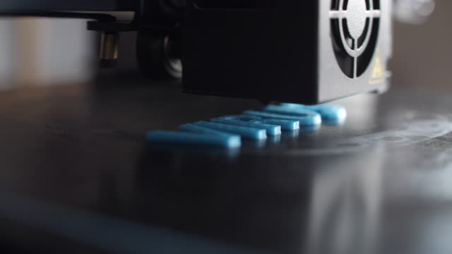 stockvideo's en b-roll-footage met 3d-printer die blauwe pla-plastic afdrukt - drukker