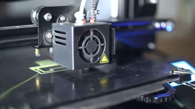 stockvideo's en b-roll-footage met 3d-printer afdrukken groene pla kunststof - drukker