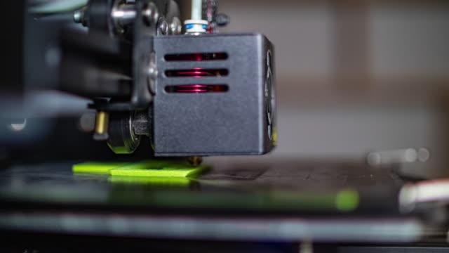 stockvideo's en b-roll-footage met 3d-printer afdrukken van groene pla plastic - drukker