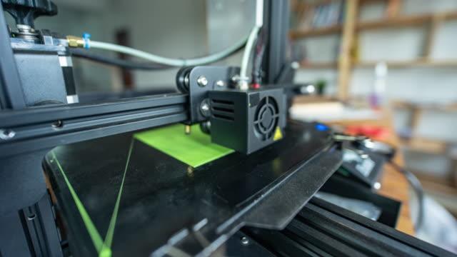 stockvideo's en b-roll-footage met 3d-printer afdrukken groen pla, timelapse-video - drukker