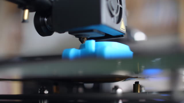vídeos de stock, filmes e b-roll de impressora 3d, close-up shot. - fazer