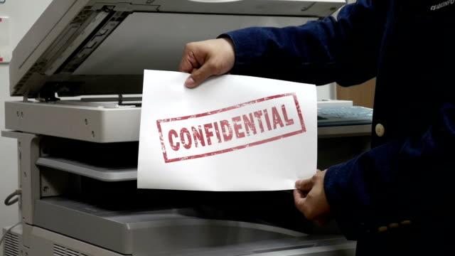 vídeos y material grabado en eventos de stock de imprimir un documento confidencial en máquina impresora - limpiador facial