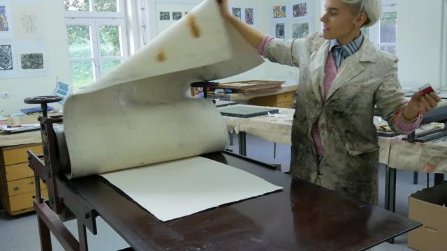 stockvideo's en b-roll-footage met afdrukken en etsen - kunst en ambachtelijke producten gemaakt door een vastberaden vrouw - litho