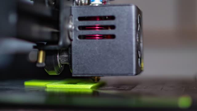 vídeos de stock e filmes b-roll de 3d printing,  fused deposition modeling fdm - modelo objeto
