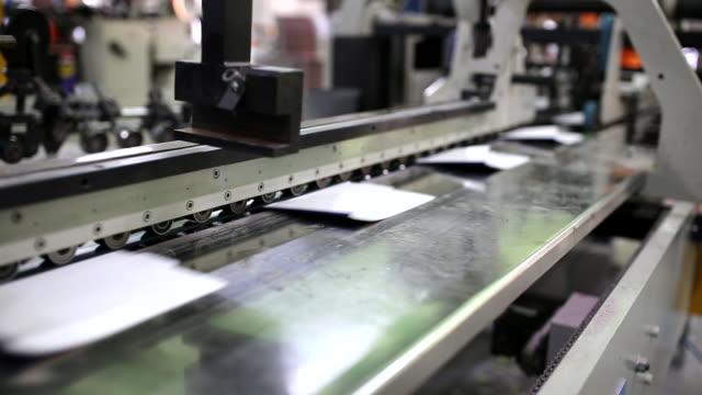 vídeos de stock e filmes b-roll de printing house interiors - empacotar atividade
