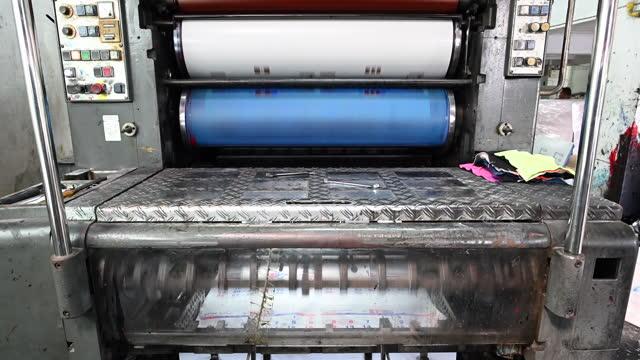 vídeos de stock e filmes b-roll de printing machine print paper in typography - old illustration