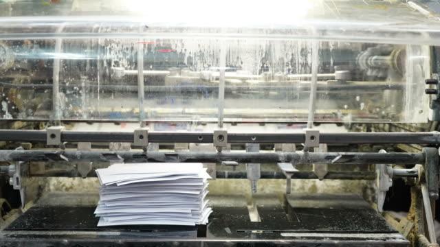 stockvideo's en b-roll-footage met drukmachine - timelapse - brochure