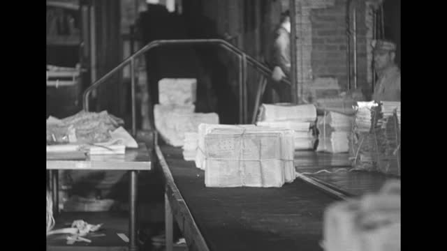 vidéos et rushes de printing press drum spinning at the new york daily news / arm of printing press holding newsprint moves / newsprint running on press / cus newsprint... - turning on or off