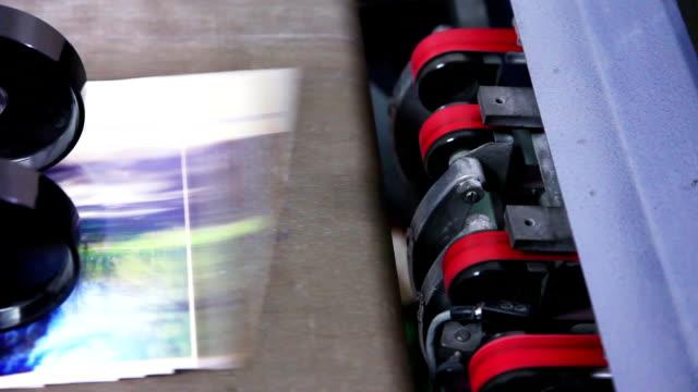 druckmaschine - druckerei stock-videos und b-roll-filmmaterial