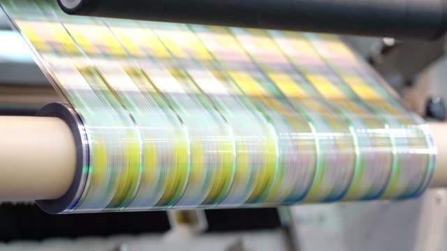 druckmaschine mit hoher geschwindigkeit arbeiten. - druckerei stock-videos und b-roll-filmmaterial