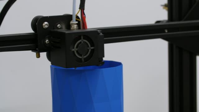vídeos de stock, filmes e b-roll de 3d printing thin blue geometric object - elemento de desenho