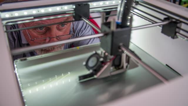 vídeos de stock, filmes e b-roll de 3 d impressão - inventor