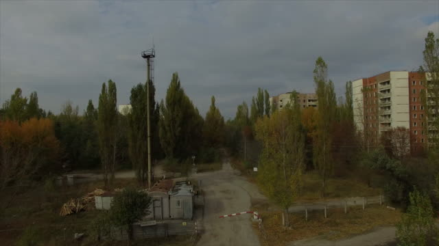 pripyat abandoned town near chernobyl nuclear power plant. takeoff above center of pripyat. part 1of2. - part of点の映像素材/bロール