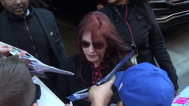 priscilla presley signs for fans at the huffing post in new york city on october 26, 2015 in new york city. - プリシラ プレスリー点の映像素材/bロール