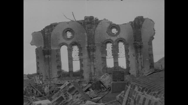 vidéos et rushes de prison, a church and several factories are devastated by nagasaki atomic bomb blast - bombardement