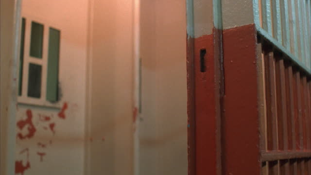 vidéos et rushes de cu, prison cell doors opening and closing - prison