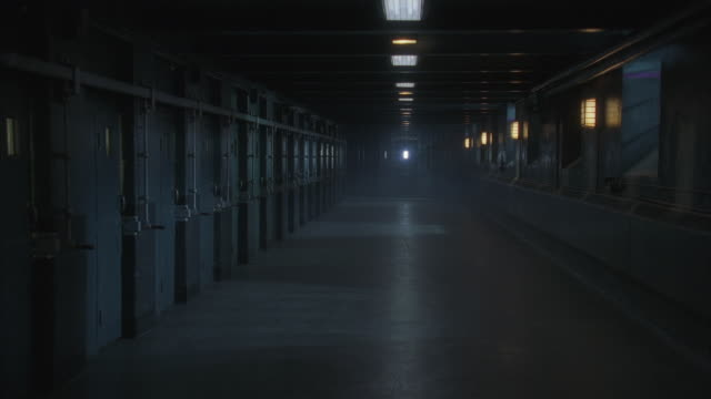 vidéos et rushes de ws ds ms prison corridor at night - prison
