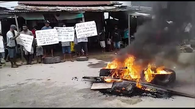 a prison in indonesia's west papua province is set ablaze as a fresh riot breaks out triggered by reports that authorities tear gassed and detained... - prison riot stock videos & royalty-free footage