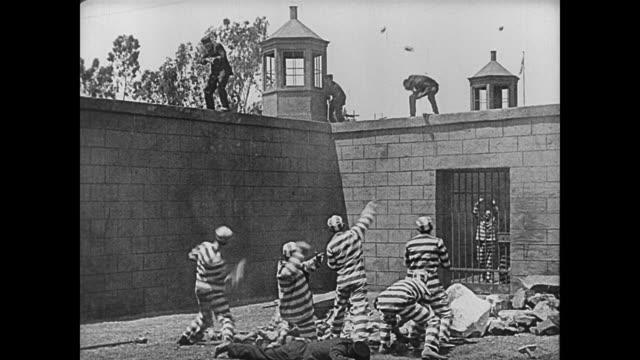 vidéos et rushes de 1920 prison riot - bras en l'air