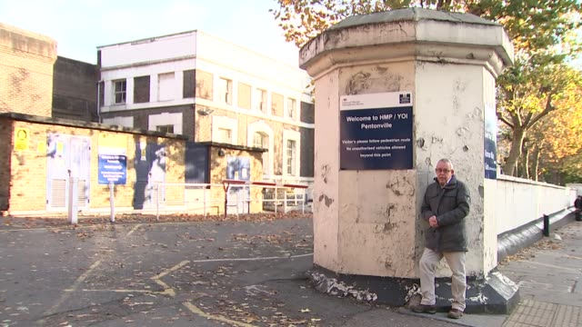 prison service branded 'in crisis' following recent riots and escapes hm prison pentonville entrance sign perimeter prison wall or fence reporter to... - gefängnisausbruch stock-videos und b-roll-filmmaterial