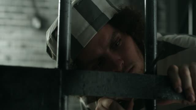 ein gefangener versucht, aus seiner gefängniszelle zu entkommen - gefängnisausbruch stock-videos und b-roll-filmmaterial