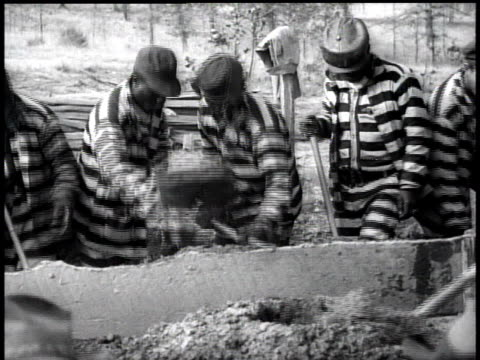 vídeos de stock, filmes e b-roll de 1938 ms prisoners at work shoveling / georgia, usa - prisoner
