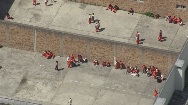 vidéos et rushes de aerial prisoners exercising in yard at pollsmor prison, cape town, western cape, south africa - prison