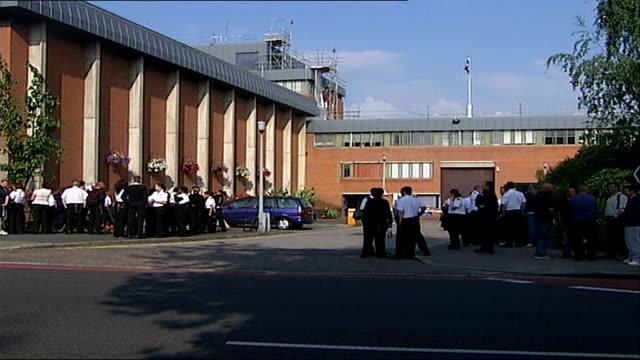 vídeos y material grabado en eventos de stock de prison officers on strike over pay dispute england london holloway prison ext prison officers on strike outside prison placard held up reading 'we... - placard