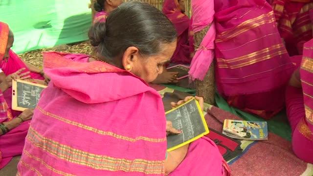 Privadas de la educacion durante la infancia un grupo de mujeres indias en su mayoria viudas y adultas mayores finalmente cumplen su sueno de vida de...