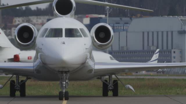 vidéos et rushes de avion privé à partir de - piste d'envol